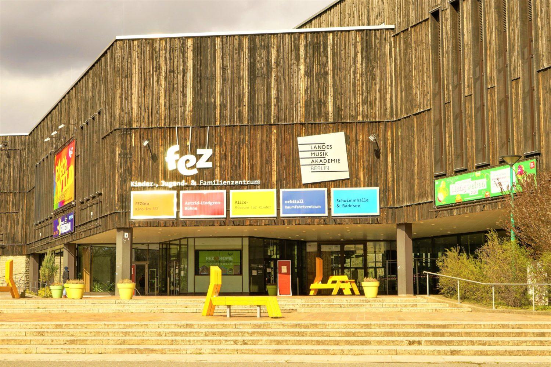"""Eingang zum Hauptgebaeude des Freizeit- und Erholungszentrum """"FEZ"""".  Foto: Imago/POP-EYE"""