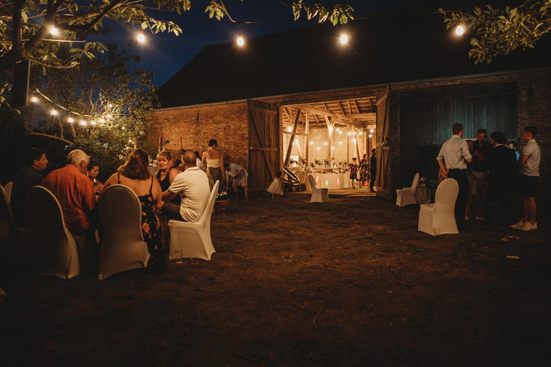 Hochzeitslocations Brandenburg Im abgelegenen Dorf Barsikow kann man in einer renovierten Scheune ländlich heiraten.