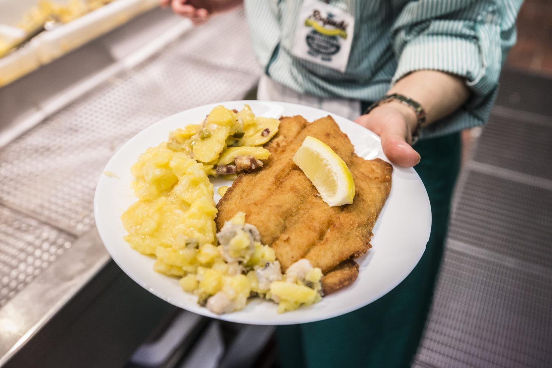 Traditionsrestaurant Berlin: Fischfilet mit Kartoffelsalat von Rogacki – ein Berliner Klassiker.