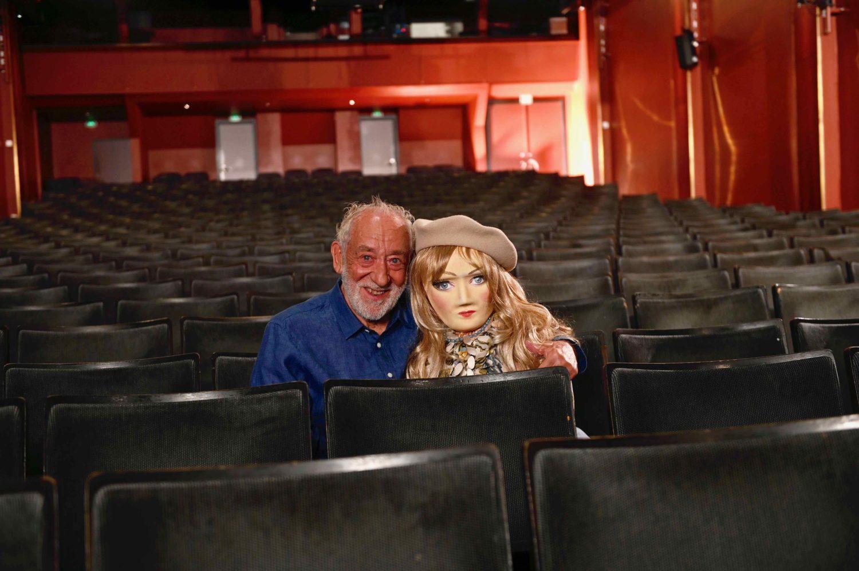 Dieter Hallervorden (links) und ein Teil der Lösung, um Leere im Schlosspark Theater zu vermeiden. Foto: Knut Koops