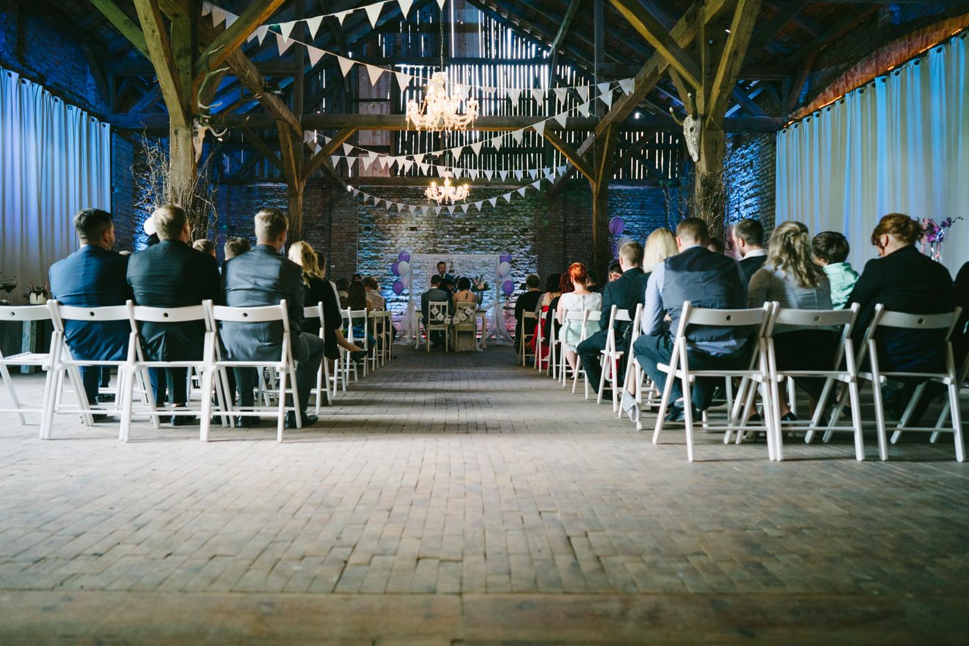 Hochzeitslocations Brandenburg Die Scheune The White Barn wird für Hochzeiten mit schönen Vintage-Möbeln und feierlicher Dekoration hergerichtet.