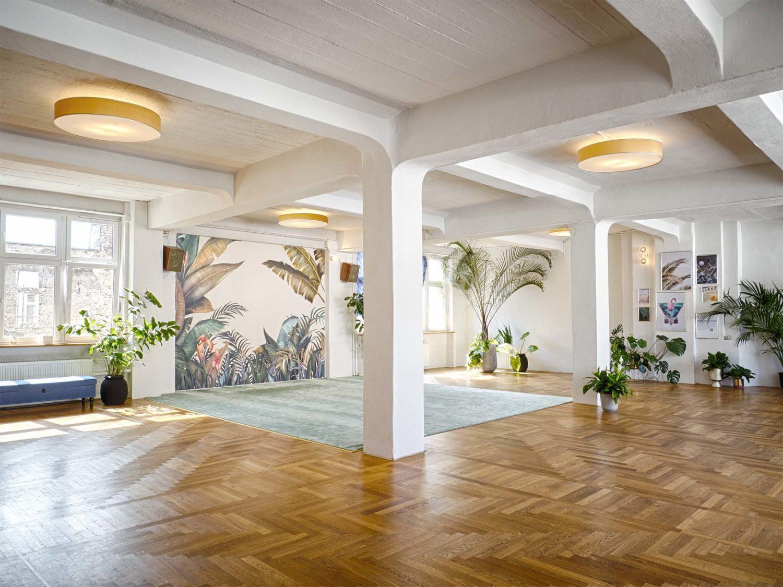 Yoga-Studios Berlin Die Yoga- und Pilates-Kurse von yogafürdich finden in Berlin in vier schönen Studios statt.