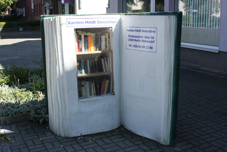 Bei diesem buchförmigen Bücherschrank weiß jeder sofort, worum es geht. Foto: Martin Schwarz