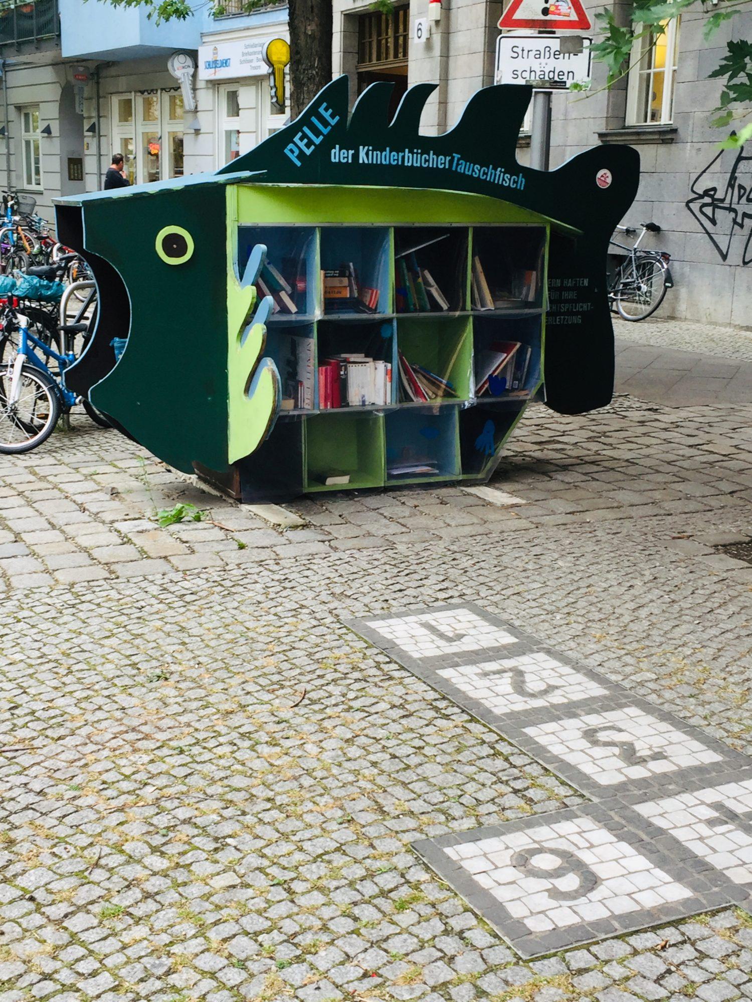 """Bücherfächer wie Schuppen: """"Pelle"""" ist ein Kinderbücher Tauschfisch. Foto: Sibylle Reinhard"""