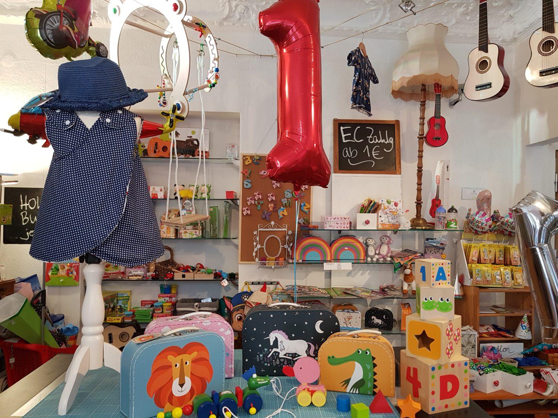 Kinderbedarf in Kinderläden in Berlin: Schönes Holzspielzeug und Kinderkleidung aus hochwertigen, holländischen Stoffen gibt es bei Kind & Kegel in Lichtenberg.