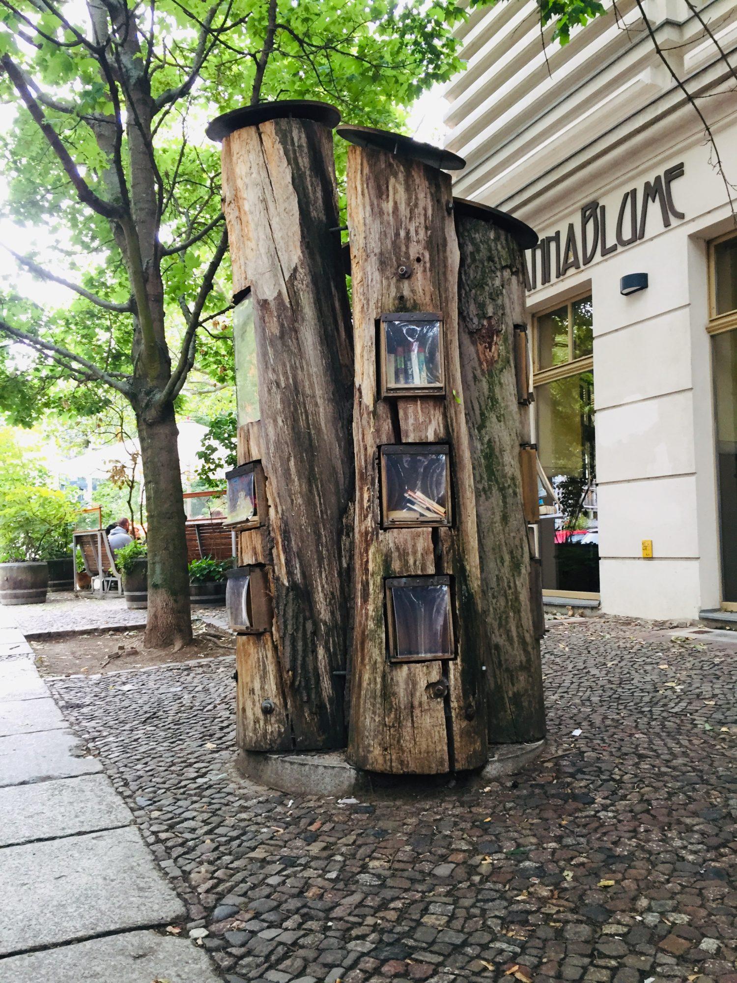 Öffentlicher Bücherschrank Berlin: Auf der Sredezkistraße wachsen die Bücher aus dem Boden. Foto: Sibylle Reinhardt