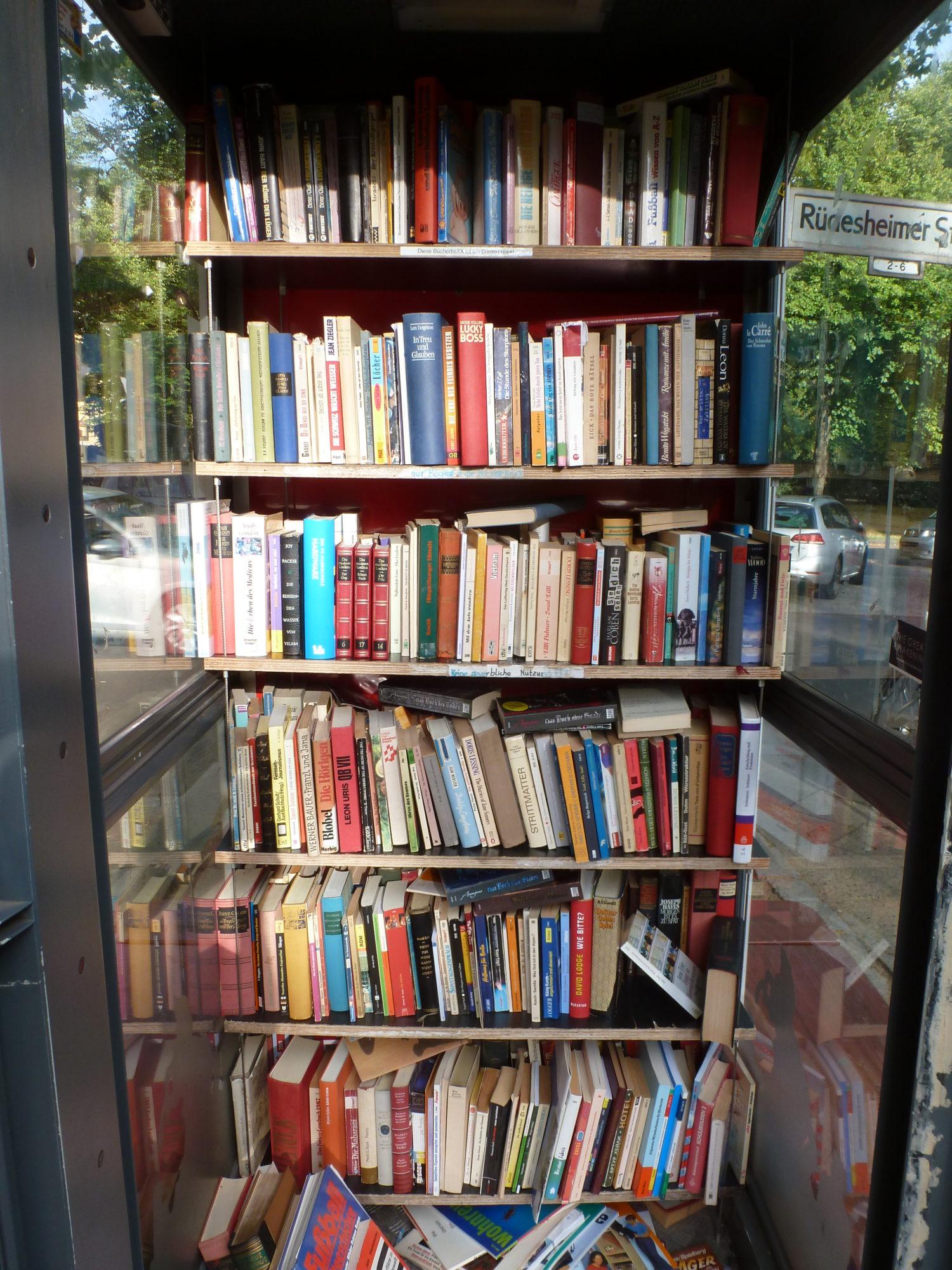 """Bücherzelle """"Villa Libris"""" am Rüdesheimer Platz. Foto: Eva Apraku"""
