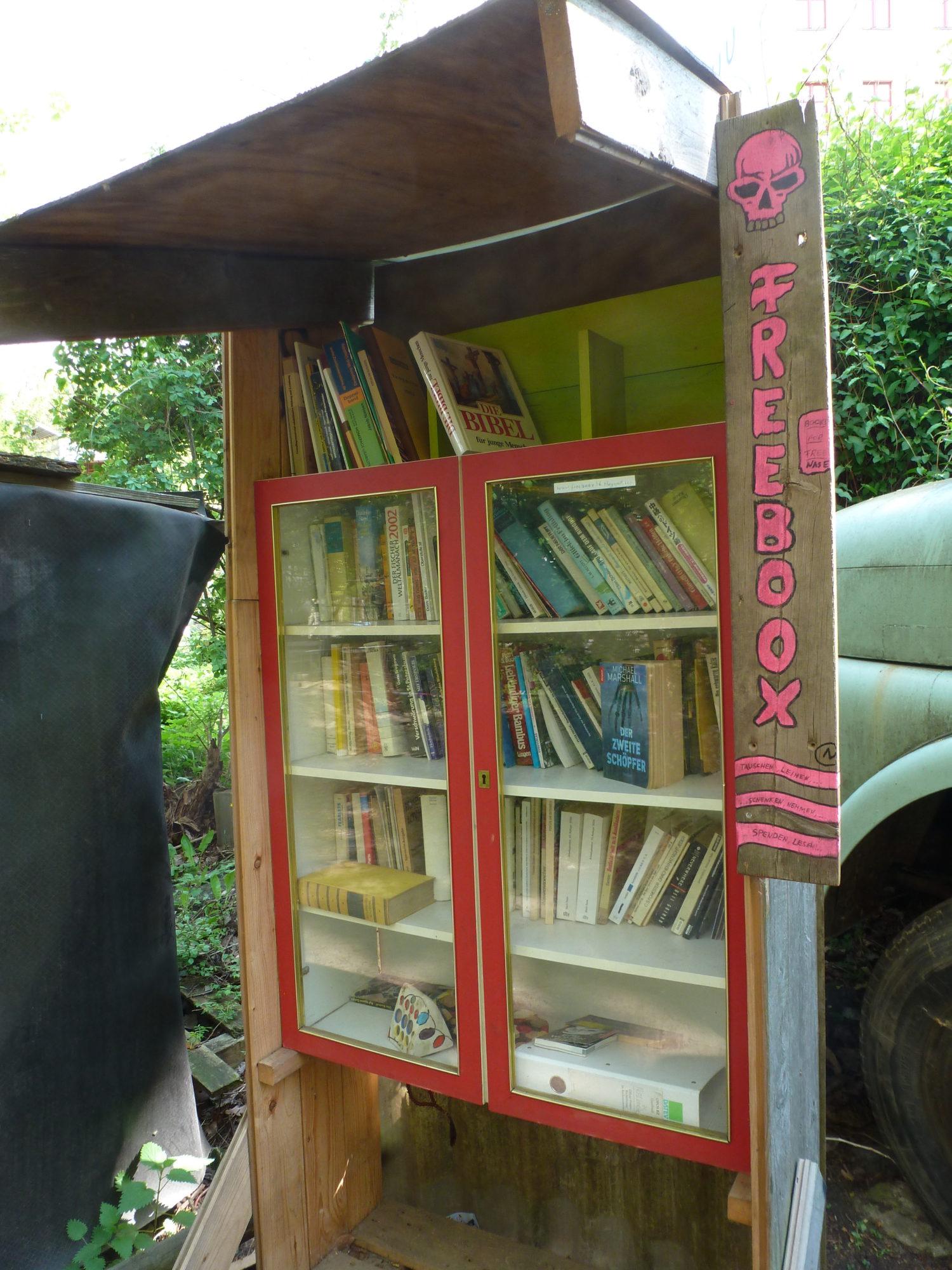 Öffentlicher Bücherschrank Berlin: Schmökern nach dem Stallausmisten und Umgraben: Bücherschrank auf dem Kinderbauernhof. Foto: Eva Apraku