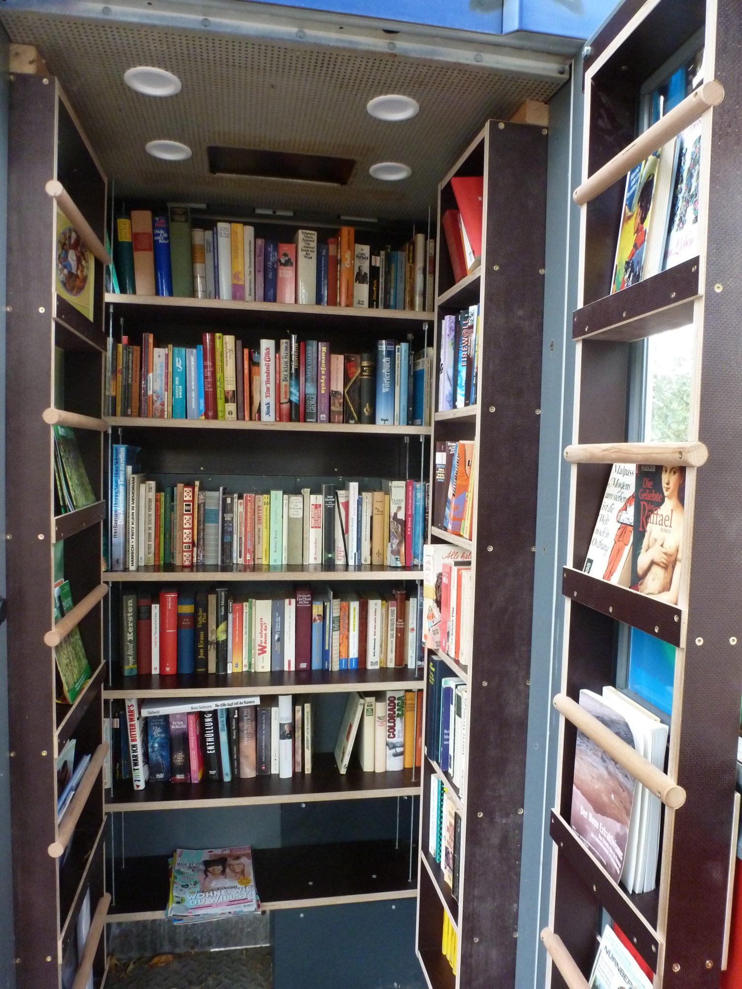 Rundumversorgung: In der Bücherzelle vor dem Haus der Jugend Anne Frank wird man von dem Lesestoff umzingelt. Foto: Eva Apraku