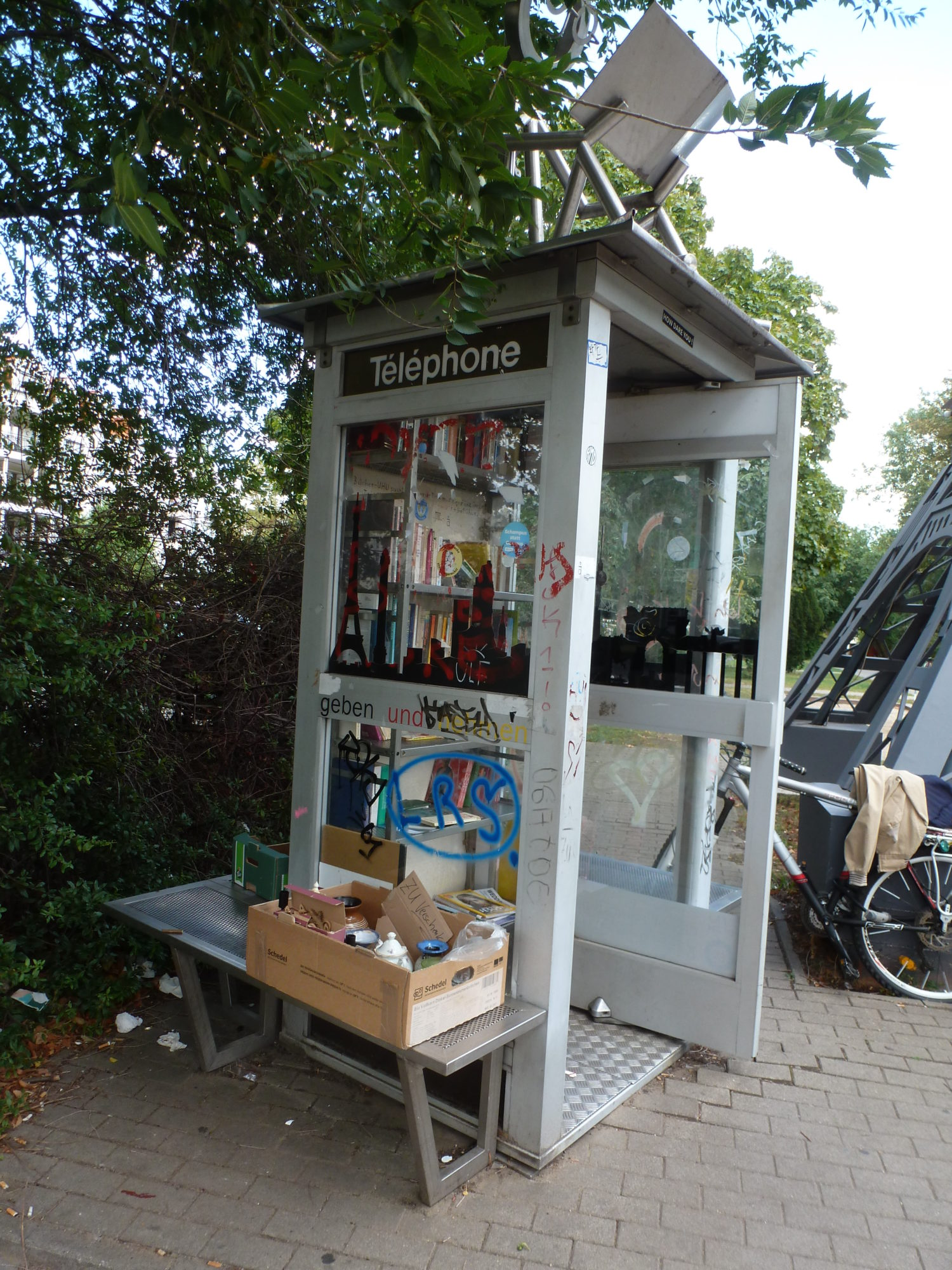 Multifunktionelle Cabin téléphonique: Öffentlicher Bücherschrank, Tauschladen, Partnerbörse. Foto: Eva Apraku