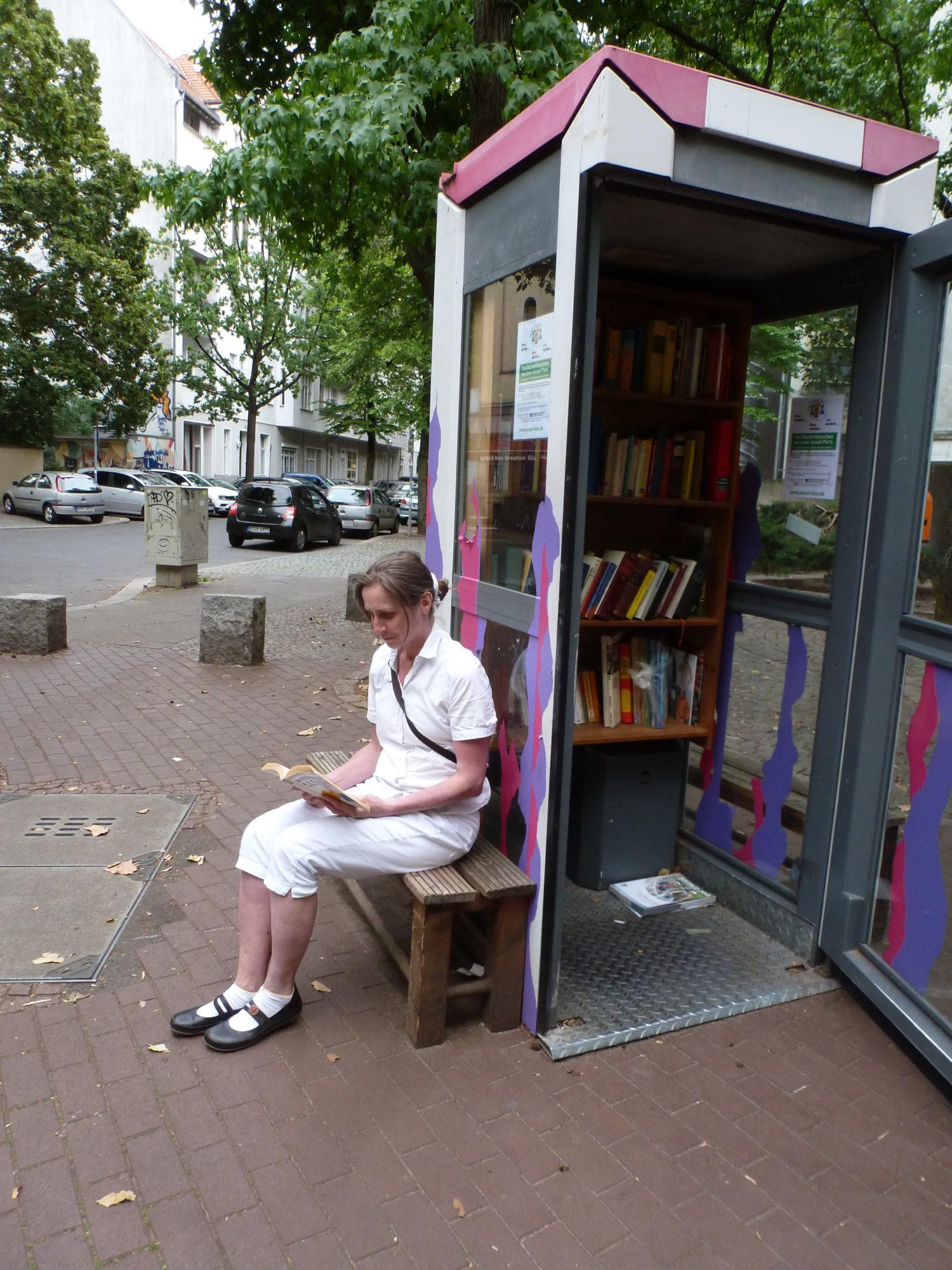 Ruhepol am Leon-Jessel-Platz: Vor der Mitnahme eines Buches einfach schon mal reinlesen. Foto: Eva Apraku