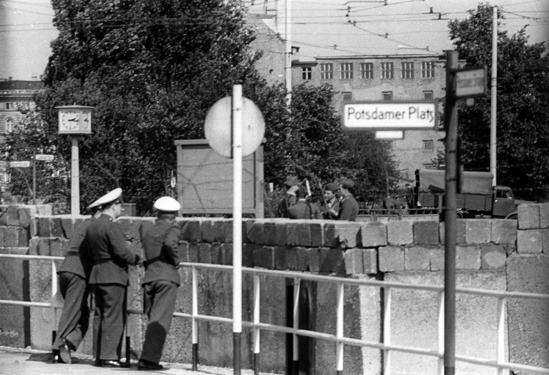 Westdeutsche Polizisten schauen an der Berliner Mauer am Potsdamer Platz hinüber zu ihren ostdeutschen Kollegen, Aufnahme vom September 1961. Foto: Imago/Sabine Gudath