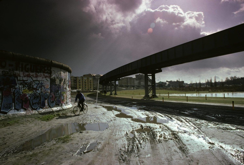 Berliner Mauer, Pfützen, leere Wiesen und die Schienen der M-Bahn. Der Potsdamer Platz in West-Berlin in den 1980er-Jahren. Foto: Imago/Imagebroker