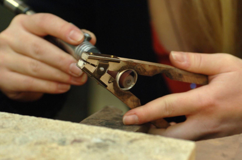 DIY-Workshops: Die Herstellung eines Rings ist aufwendig und es Bedarf viel Konzentration. In dem Goldschmiedekurs im Atelier Kirkara wird einem genau das beigebracht. (Symbolbild) Foto: Imago/Sabeth Stickforth