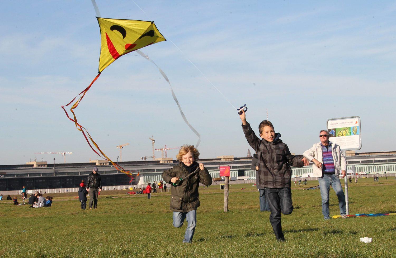 Herbstferien Berlin Im Herbst, wenn der Wind immer stärker bläst, macht Drachen steigen lassen besonders viel Spaß.