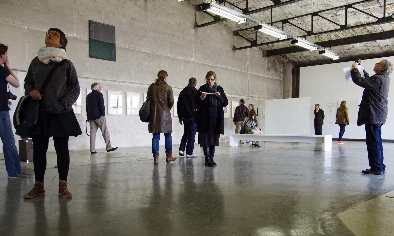 Besucher*innen entdecken 2013 in der Fahrbereitschaft von Haubrok ausgestellte Kunst. Foto: Imago/Prange