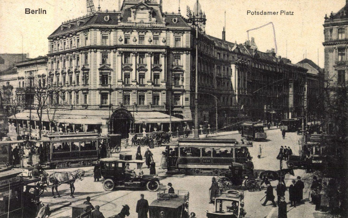 Dichter Verkehr auf dem Potsdamer Platz um 1920. Foto: Imago/Arkivi
