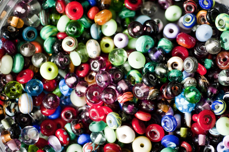 Die Auswahl ist groß und die Perlen bunt – in der Prellerei geht es, nicht allein um den DIY-Workshop, die Menschen mit denen man diese Erfahrung teilt, sind genauso wichtig. Foto: Imago/ Westend61