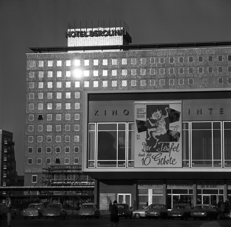 """Das Kino International in den 1960er-Jahren. Das Gebäude entstand nach den Bauten im """"Zuckerbäckerstil"""" und wirkt deutlich moderner. Foto: Imago/Frank Sorge"""