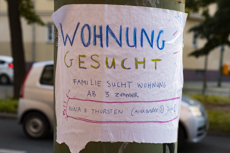 Eine von vielen Möglichkeiten, auf sich aufmerksam zu machen: Zettel im Wunsch-Kiez aufhängen, um bei der Wohnungssuche in Berlin voran zu kommen. Foto: Imago/Seeliger