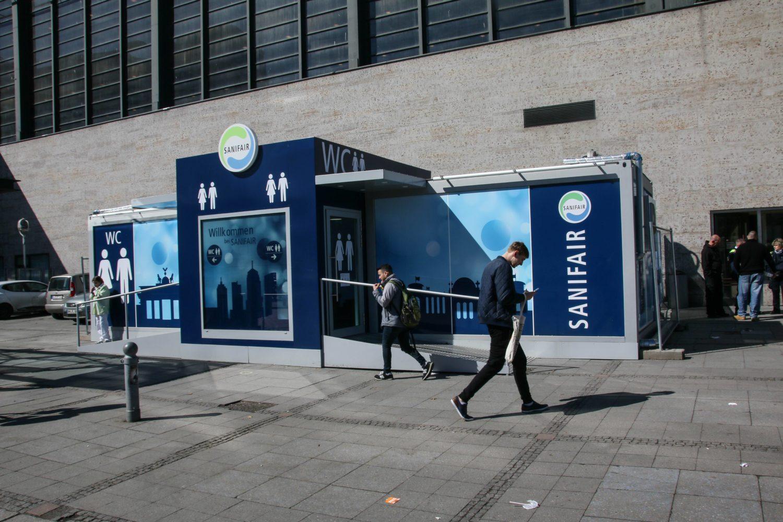 Öffentliche Toilette der Firma Sanifair vor dem Bahnhof Zoo. Foto: Imago/Rolf Kremming