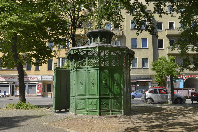 Urinal an der Karl-Marx-Straße in Neukölln. Foto: Imago/Joko