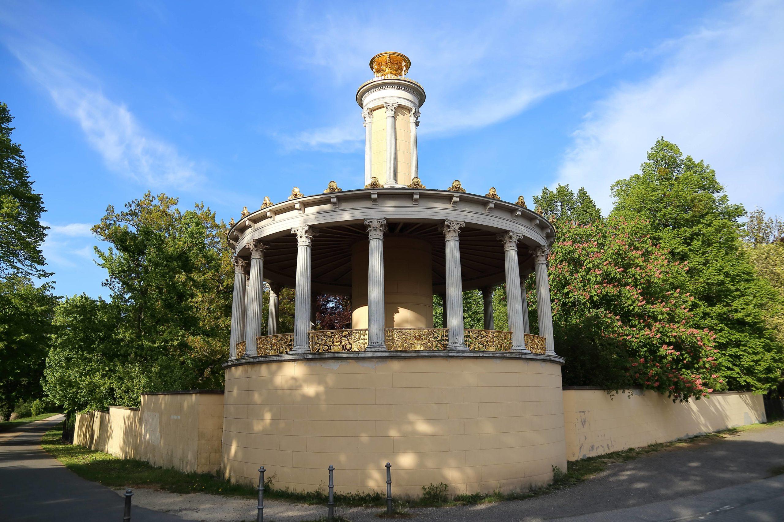 """""""Große Neugierde"""" ist der schöne Name des Aussichtspavillons im Park Glienicke. Foto: Imago/Martin Müller"""