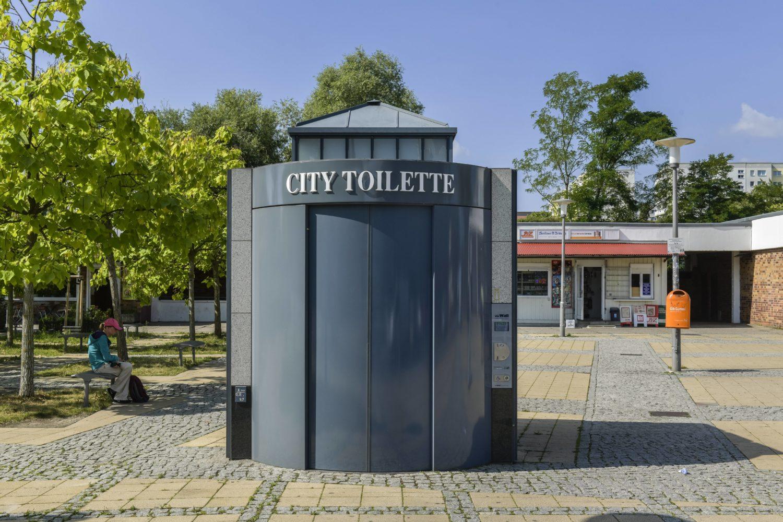 Öffentliche Toiletten: City Toilette auf dem Vorplatz des S-Bahnhofs Wartenberg. Foto: Imago/Schöning