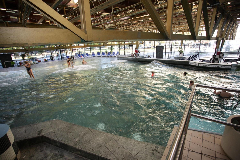 Das Wellenbad am Spreewaldplatz in Kreuzberg ist das einzige Wellenbad unter den Schwimmhallen in Berlin. Foto: Imago/ Rolf Kremming