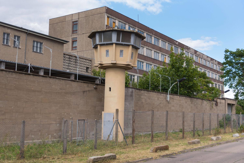 Bereits von außen sehenswert: Die ehemalige Haftanstalt Berlin-Hohenschönhausen mit einem der Wachtürme. Foto: Imago/Christian Spicker