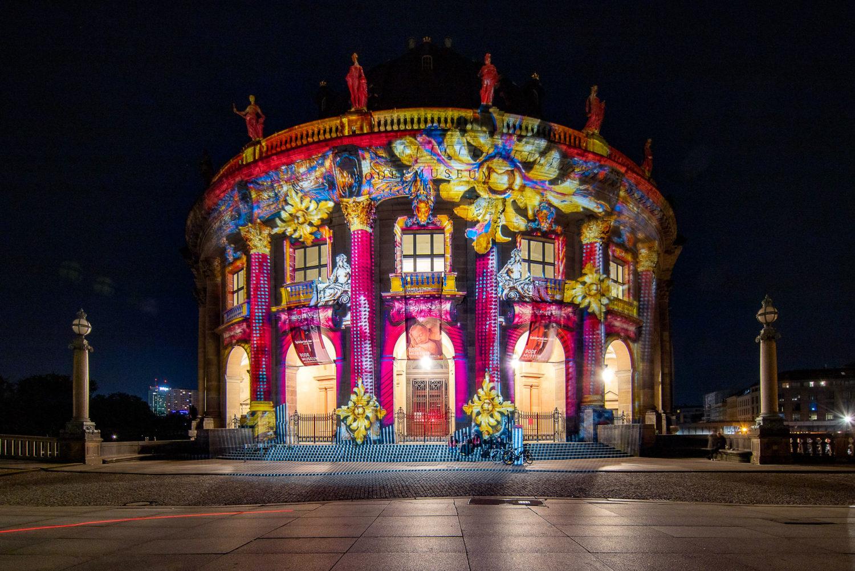 """Das Bode-Museum gehört zu den beliebtesten Fotomotiven des """"Festival of Lights"""". In diesem Jahr leuchtet es in gelben und violetten Tönen. Foto: Imago/Lorenz"""