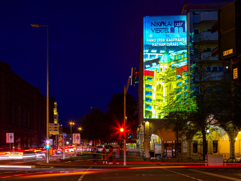 Festival of Lights 2020: Im Nikolaiviertel stand einst das Kaufhaus des Juden Nathan Israel. An historischer Stelle zeigt eine Projektion, wie das Gebäude einst aussah. Foto: Imago/JeanMW