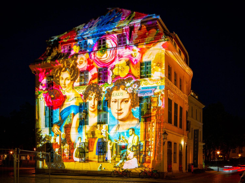 Das Knobloch-Haus beherbergt eine Biedermeier-Ausstellung. Die auf die Fassade projizierte Illumination führt zurück in diese Epoche. Foto: Imago/JeanMW
