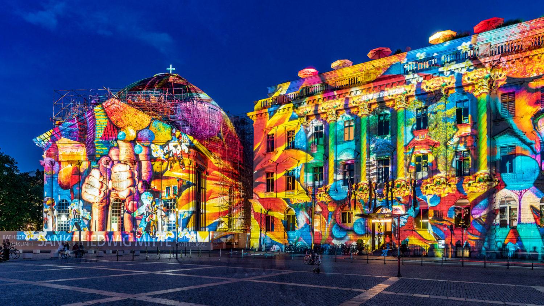 Wer auf großflächige Projektionen steht, sollte zum Bebelplatz gehen. Dort werden unter anderem die im Umbau befindliche St.-Hedwigs-Kathedrale als auch die Luxusunterkunft Hotel de Rome festlich illuminiert. Foto: Imago/Travel-Stock-Image