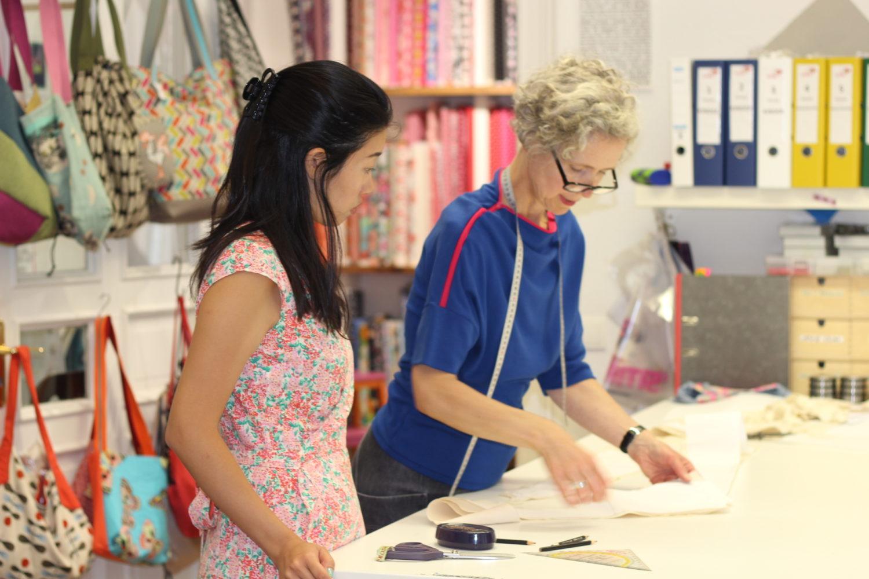 DIY-Workshops Berlin: An den Nähmaschinen im Nähcafé Smilla, kann jeder Platz nehmen, um zu nähen. Profis können die Nähmaschinen beanspruchen und Anfänger die Schneiderinnen. Foto: Smilla Nähcafé