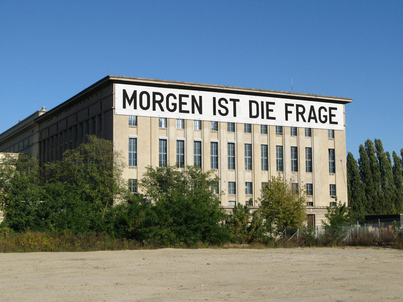 """""""Studio Berlin"""" im Berghain beginnt an der Fassade: Mit Rirkrit Tiravanijas """"Morgen ist die Frage"""", Foto: Rirkrit Tiravanija für Studio Berlin 2020"""