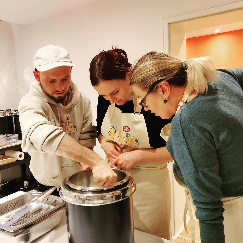 Im DIY-Workshop bei KAS gewinnen die Teilnehmer wertvolles Wissen rund um Käse und Käseherstellung und können außergewöhnliche Käsesorten von ausgewählten kleinen Käseläden in Berlin verkostet werden. Foto: KAS Käsekurse