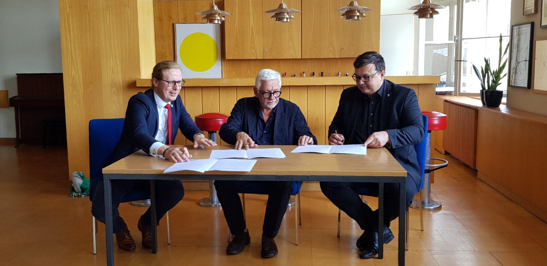Kevin Hönicke (li), Axel Haubrok (mi) und Michael Grunst (re) bei der Unterzeichnung des Letter of Intent. Foto: Bezirksamt Lichtenberg