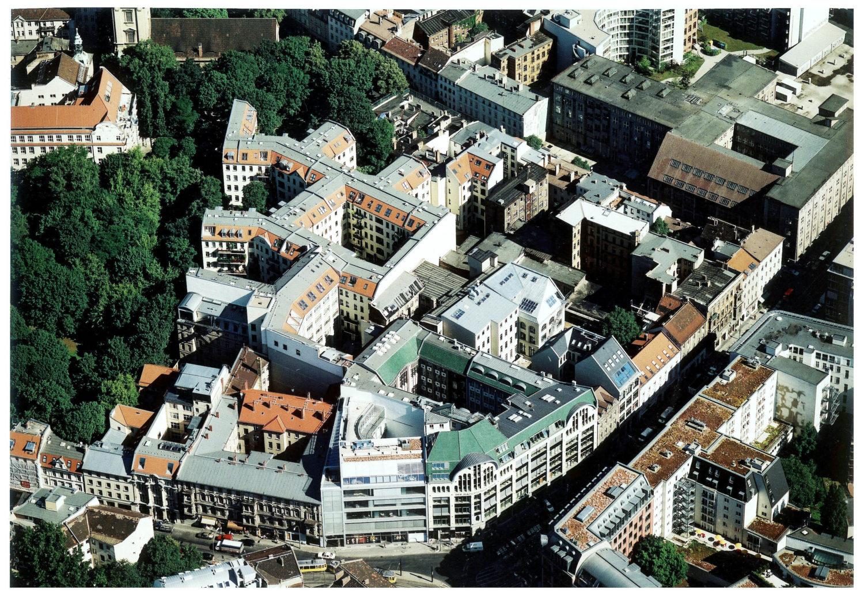Wo heute das Gebäude der sogenannten Hackeschen Höfe steht, war damals als Scheunenviertel außerhalb Berlins bekannt.