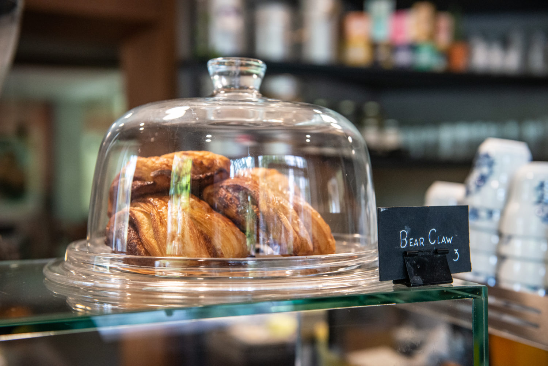 Cafés in Kreuzberg: Köstliche Backwaren zum erlesenen Kaffe gibt es im Café La Maison. Foto: F. Anthea Schaap