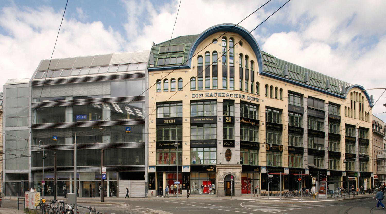 Die Hackeschen Höfe an der Rosenthaler Straße ist nach der Sanierung des Gebäudekomplexes zu einem der teuersten Immobilien Berlins geworden. Auch internationale Firmen wollen aufgrund der guten Lage hier ansässig sein.