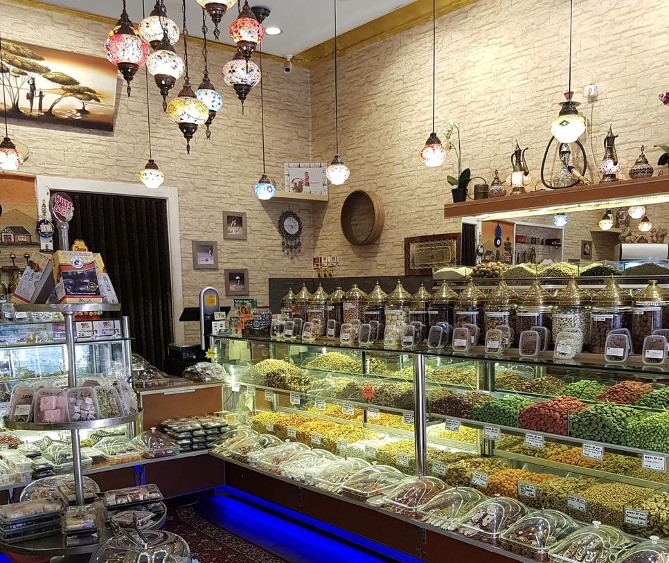 Baklava Berlin Jede Filiale der Berliner Ladenkette Nuts & Co ist ein kleines Paradies für Nüsse, Trockenfrüchte und andere orientalische Süßigkeiten.