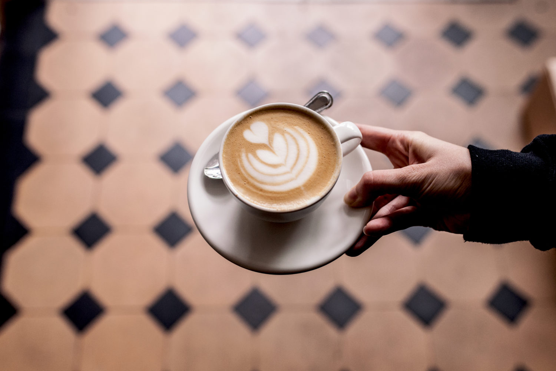 Cafés in Kreuzberg: Kleine aber wunderbare Karte und ein großartiger Kaffe. Foto: Annelies
