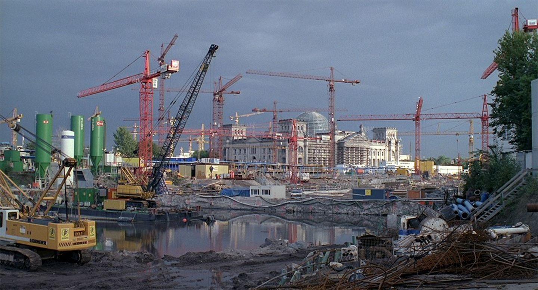 Ein Ballet der Kräne auf dem Potsdamer Platz. Foto: Berlin Babylon © S.U.M.O. Film