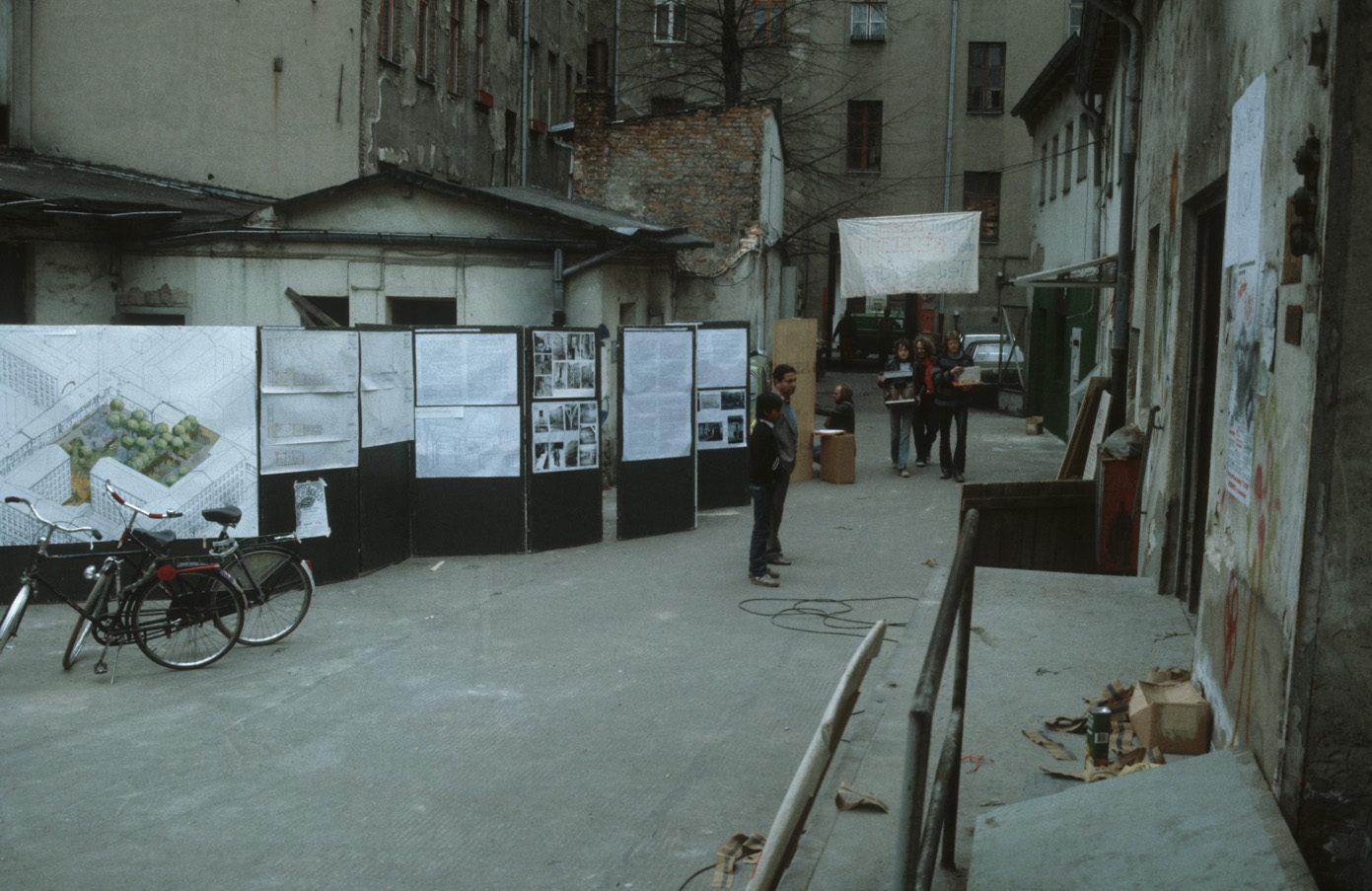 Stadtplanung und Alltag. Eine Ausstellung im Hinterhof der Lausitzer Straße, um 1982. Foto: Kostas Kouvelis/FHXB Friedrichshain-Kreuzberg Museum/CC BY 4.0
