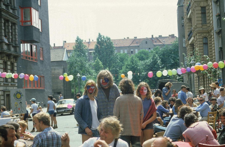 """Kreuzberg in den 1980er-Jahren: Sommerfest des Nachbarschaftszentrums """"Regenbogenfabrik"""", Sommer 1981. Foto: Kostas Kouvelis/FHXB Friedrichshain-Kreuzberg Museum/CC BY 4.0"""