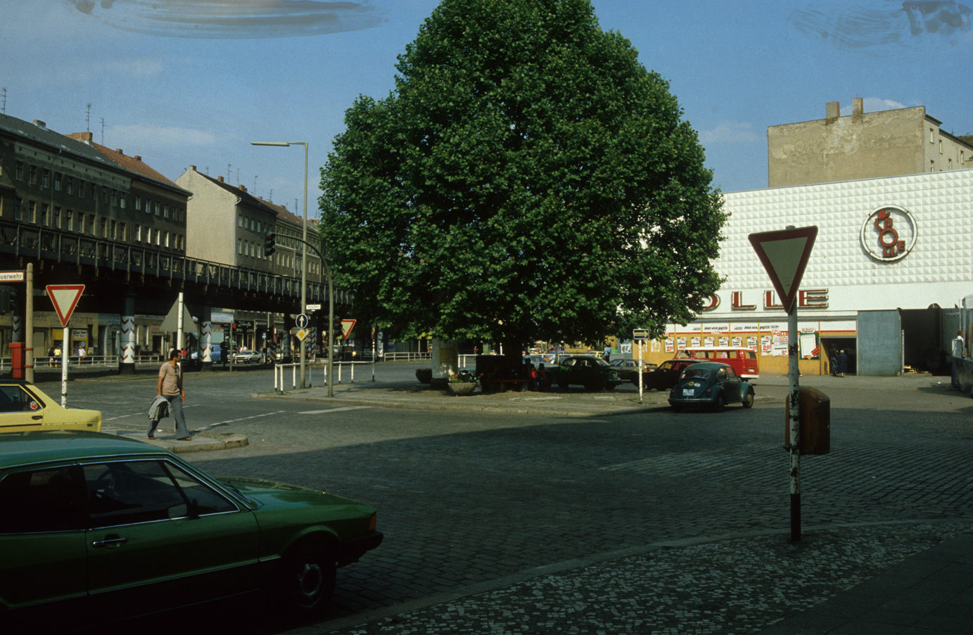 Kreuzberg in den 1980er-Jahren: Der Bolle an der Ecke Skalitzer Straße und Wiener Straße, um 1981. Foto: Kostas Kouvelis/FHXB Friedrichshain-Kreuzberg Museum/CC BY 4.0
