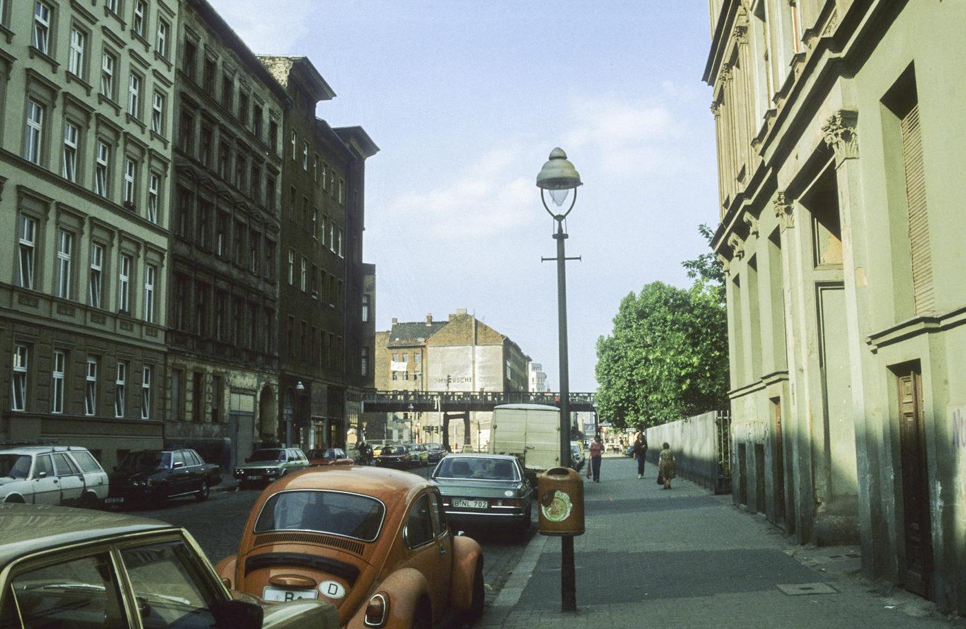 Blick in die Manteuffelstraße, in Richtung Skalitzer Straße, um 1982. Foto: Kostas Kouvelis/FHXB Friedrichshain-Kreuzberg Museum/CC BY 4.0
