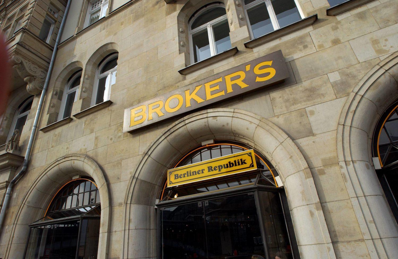 außergewöhnliche Bars Berlin 15 Biere vom Fass gibt es hier in Broker's Bierbörse. Foto: imago images/Seeliger