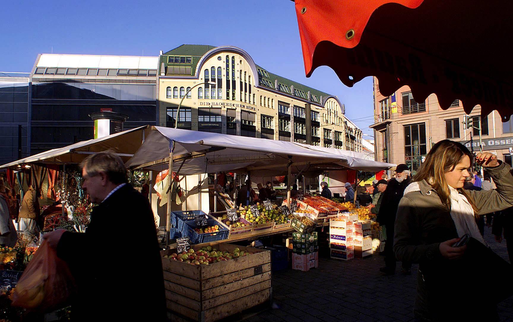 Jeden Samstag verwandelt sich der Platz vor dem S-Bahnhof Hackescher Markt in den Feinschmecker und Kunstmarkt.